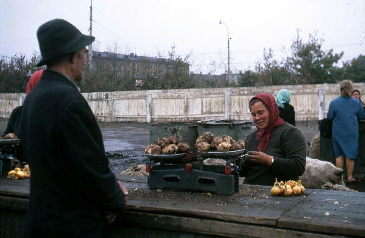 17. Новосибирск.  Торговка картофелем