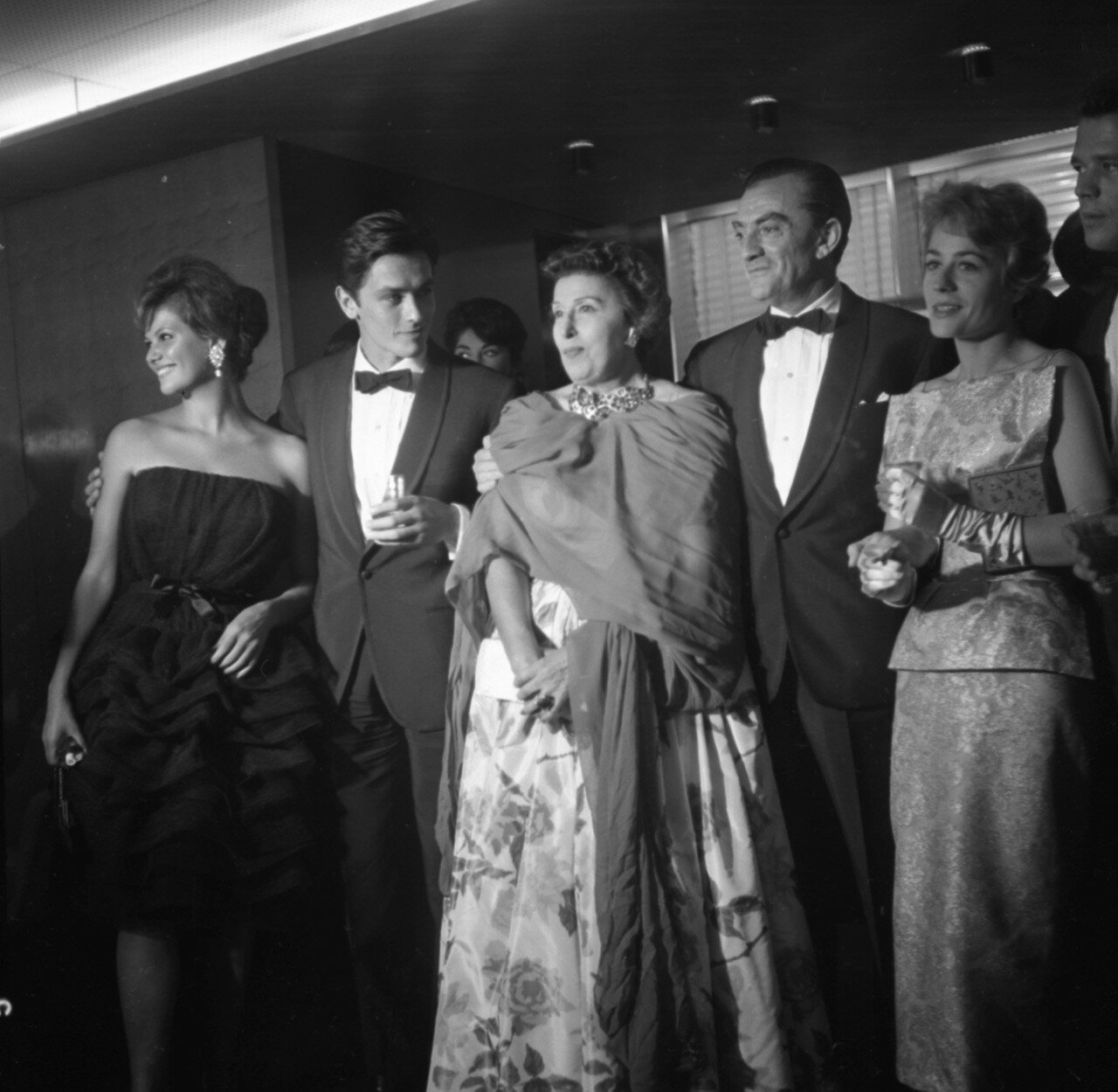 1960. Показ «Рокко и его братья» на Венецианском кинофестивале. На снимке Клаудия Кардинале, Ален Делон, Катина Паксино, Лукино Висконти и Анни Жирардо
