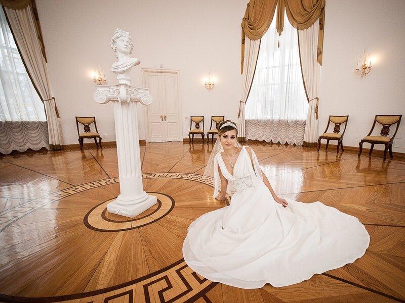 фотосъемка свадебного портрета в интерьере гостиной