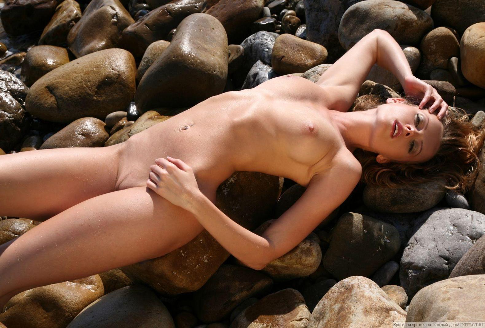 Девушка с шикарной попкой у моря (20 фото)