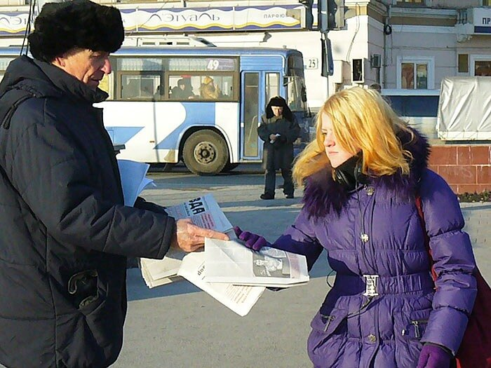 Владивосток - раздают листовки