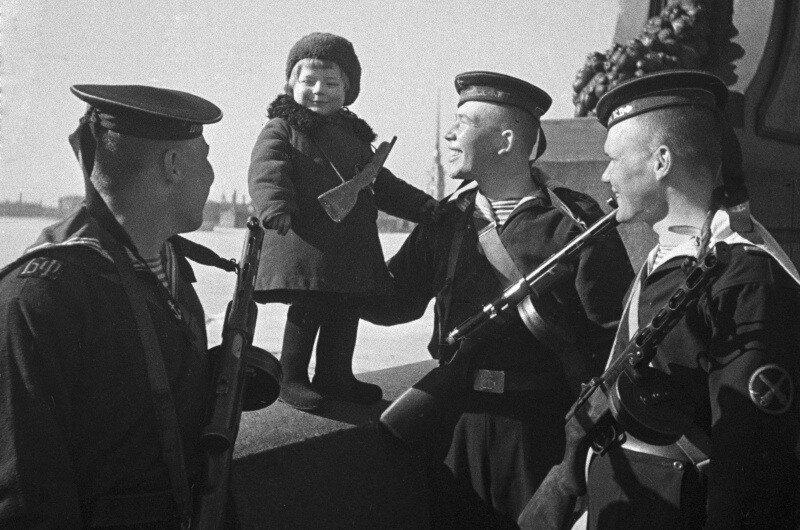 Моряки Балтийского флота с маленькой девочкой Люсей, родители которой умерли в блокаду