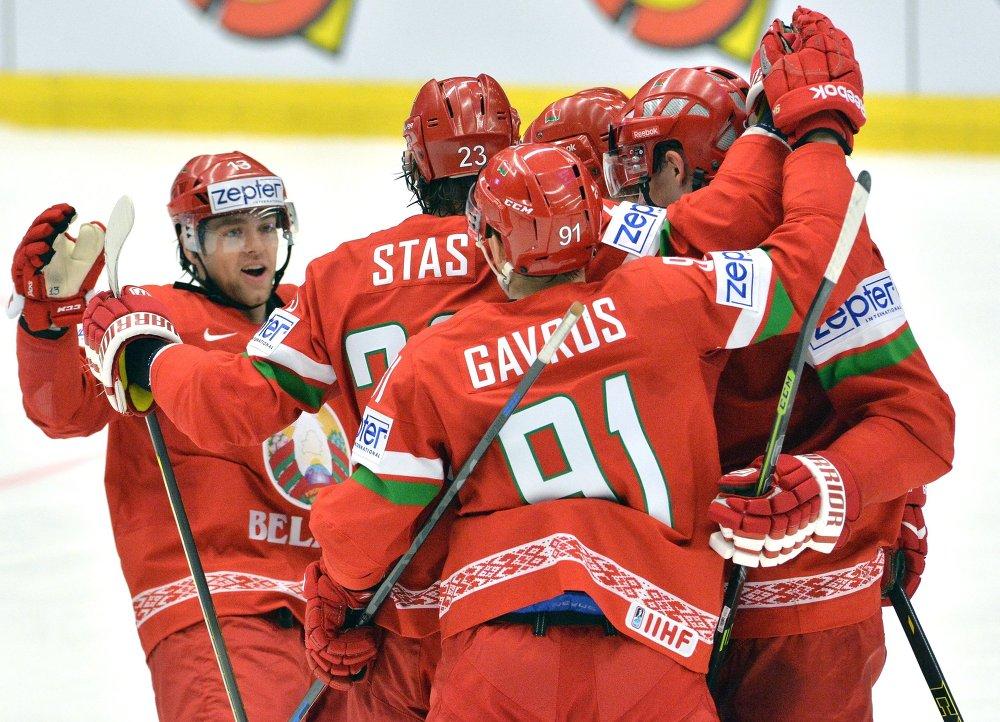 Игроки сборной Беларуси радуются забитой шайбе