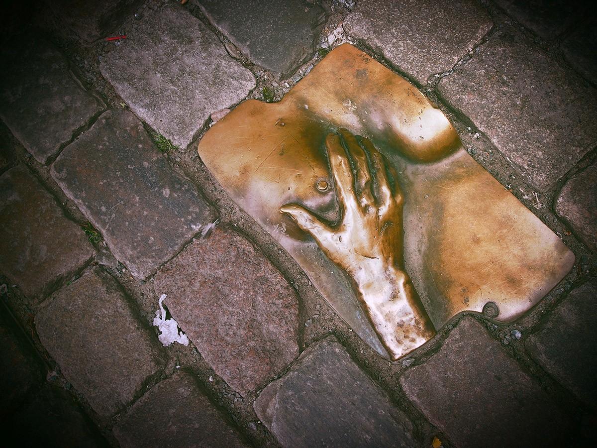 5. Памятники. Можно погладить женскую грудь В Голландии очень много памятников — интересных и не оче