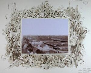 Император Николай II и сопровождающие его военные чины  обходят строй почетного караула  на форту [Литеры М.].
