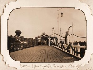 Вид железнодорожной платформы станции Беловеж в день прибытия императора Николая II и его свиты; на заднем плане справа-Императорский павильон.