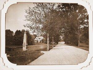 Вид части аллеи парка, разбитого вокруг Беловежского дворца в 1895 г; слева одна из служебных дворцовых построек.