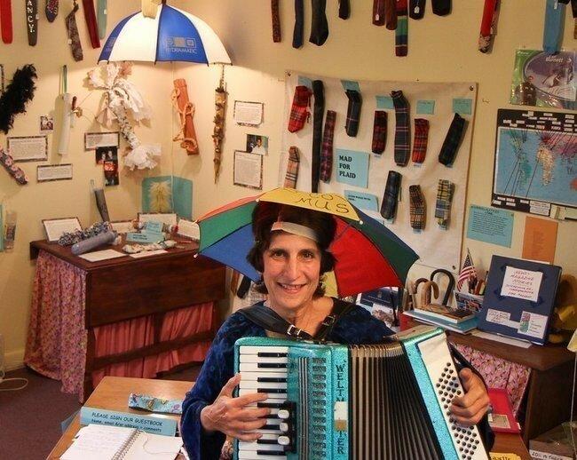 Знаете тот небольшой кусочек ткани, который продаётся вместе с зонтиком? Нэнси Хоффман (Nancy Hoffman) с острова Пикс (Peaks Island), штат Мэн, является обладательницей самой крупной коллекцией чехлов на зонтики. В её коллекции насчитывается более 730 уникальных предметов. Она даже открыла музей для своей коллекции, которая продолжает расти.
