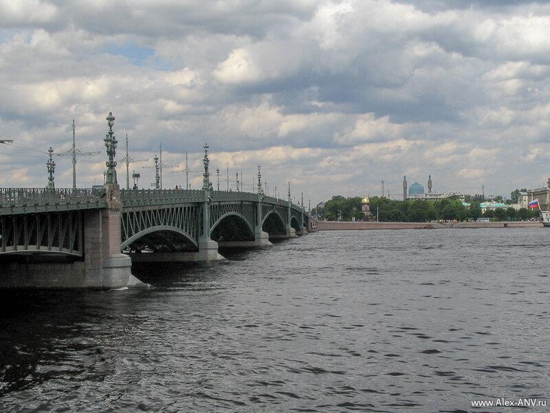 Троицкий мост. На том берегу Невы видна часовня Святой Троицы, а правее неё - минареты Соборной мечети