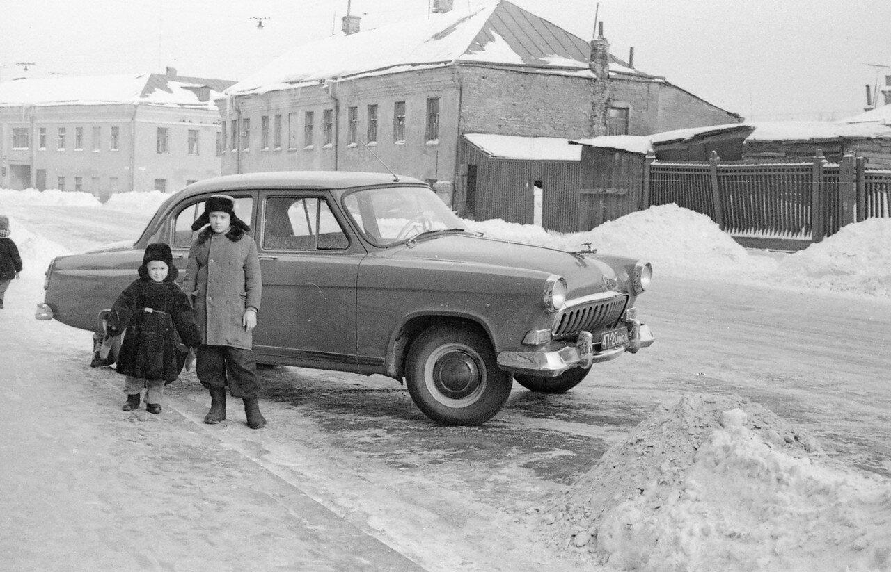 82267 С новой _Волгой_ на фоне старых домов Журавлев 59.jpg