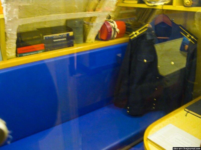 Подводная лодка С-189. Каюта первого помощника капитана. Вход в открытые каюты закрыт стеклом, поэтому такие блики.