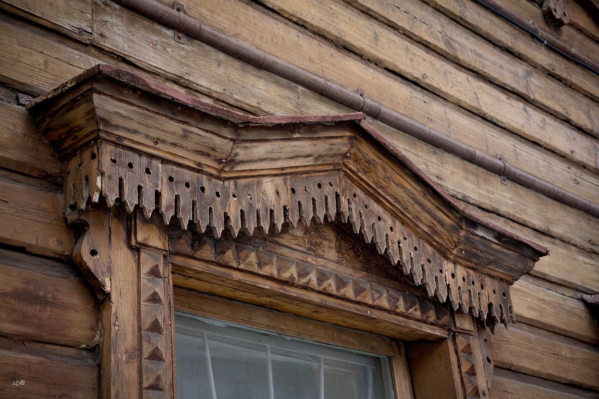 Двухэтажное деревянное здание