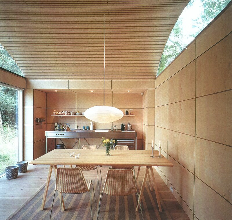 жилой модульный дом в Скандинавии, отделка деревом, фанера, столовая кухня, стекло в архитектуре Tisvilde, Denmark, Kim Utson