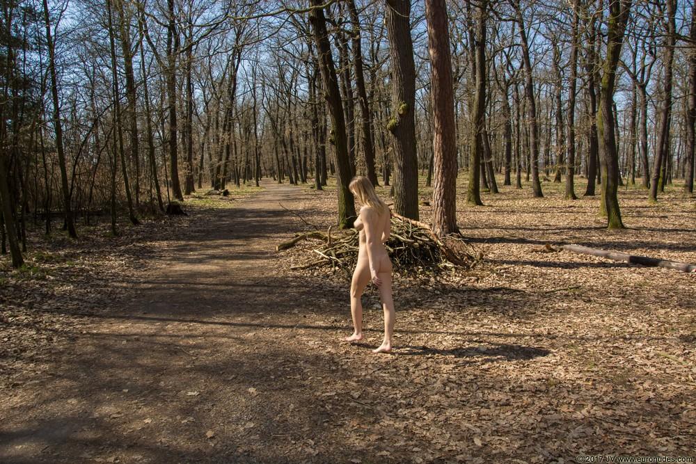 Виктория разделась и прогулялась по парку