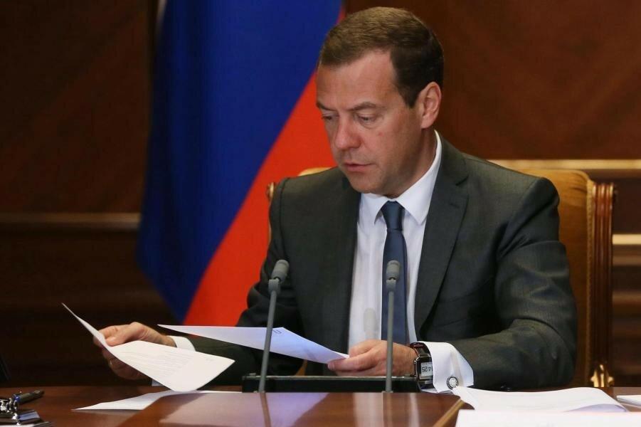 Медведев думает о бюджете.jpg