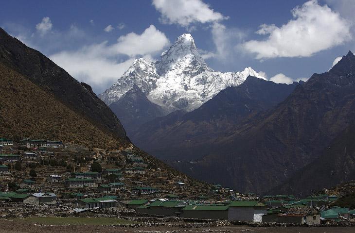 Непал расположен между двумя самыми населёнными странами мира. К северу от него находится Тибет