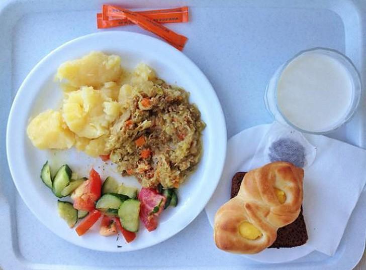3. Эстония: картофельное пюре, тушеное мясо с капустой, салат, стакан молока и булочка.
