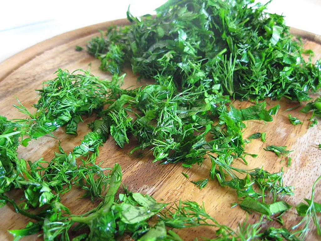8. В микроволновке можно сушить на зиму зелень, овощи, а также сухарики и орехи.