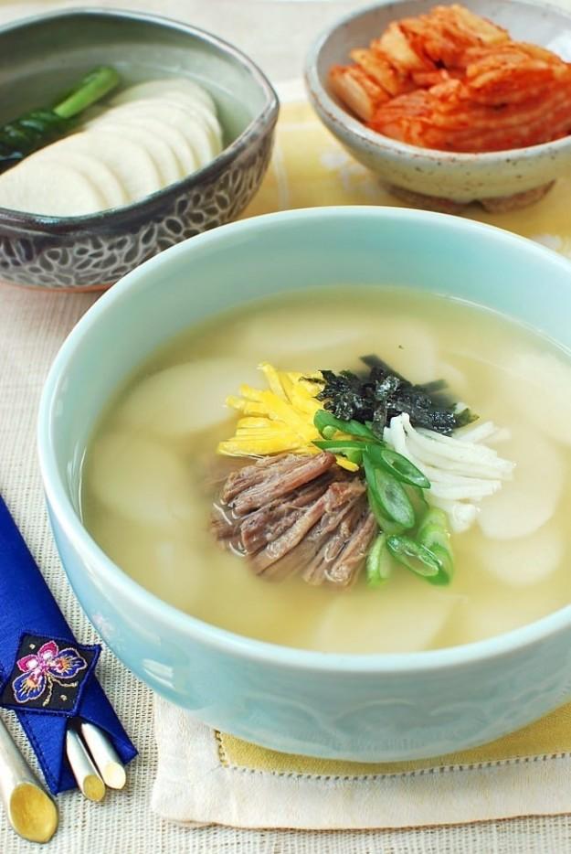 Корейский суп с рисовыми клецками ттоккук едят на Новый год по лунному календарю в Южной Корее . Его