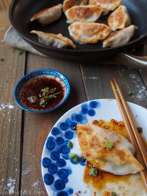 Корейские пельмени с кимчи называются манду и также являются неотъемлемой частью праздничного стола