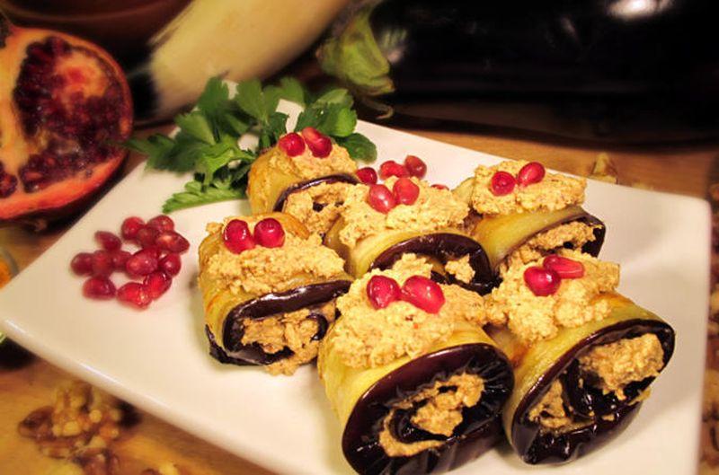 Рулетики из баклажанов с ореховой начинкой Эти аппетитные рулетики покорят ваших гостей своим вкусом