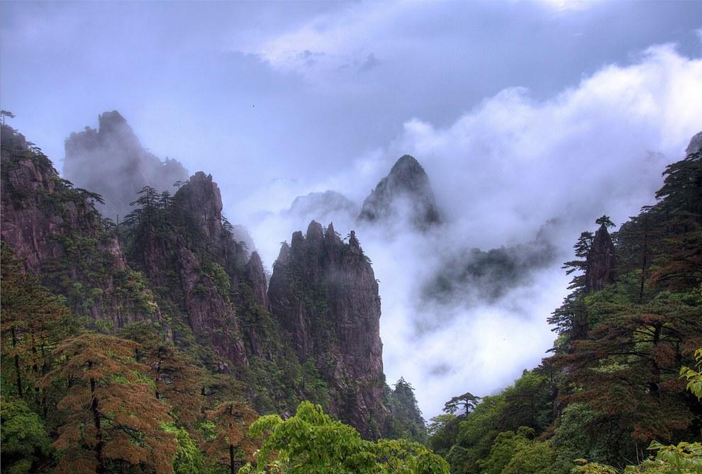 Легенда гласит, что родоначальник китайской нации вознесся на небеса с вершин Хуаншань. Интерес