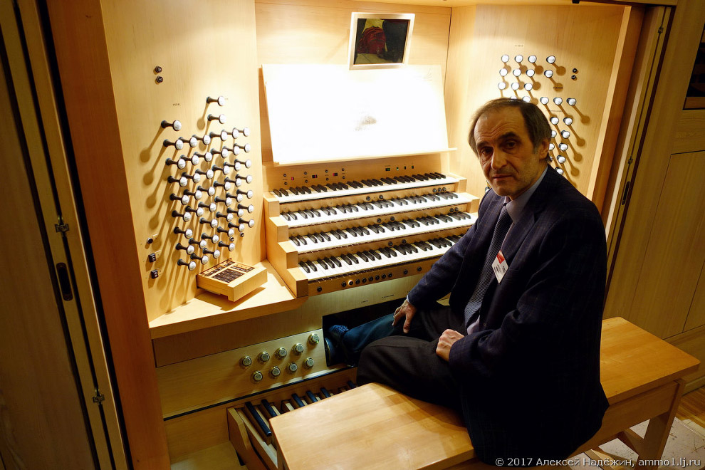 3. У органа пять клавиатур — четыре ручные и одна ножная. Удивительно, но ножная клавиатура впо