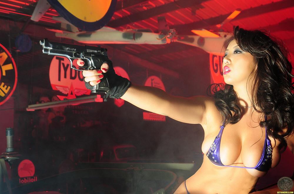 Девушки и оружие (49 фото) 18+