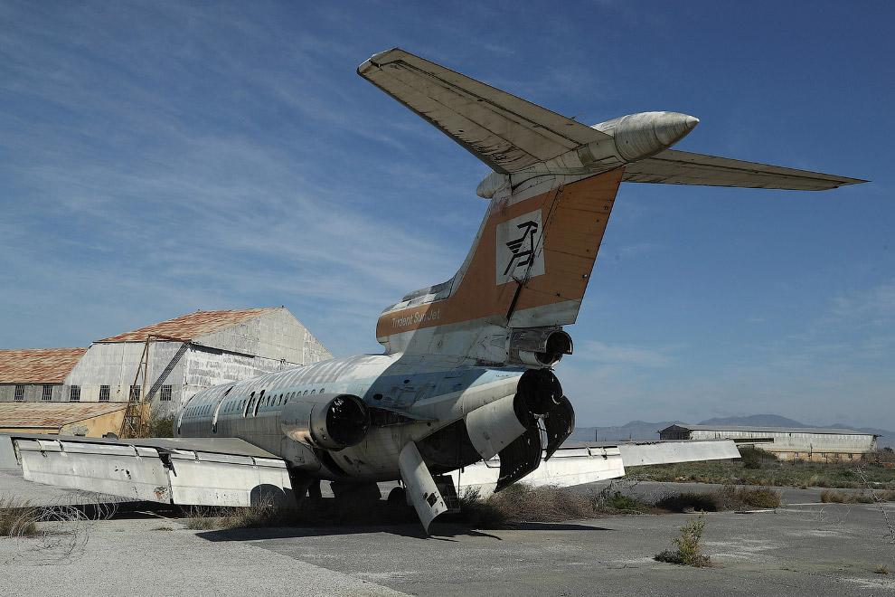 7. Так выглядят заброшенные аэропорты изнутри. (Фото Athanasios Gioumpasis):