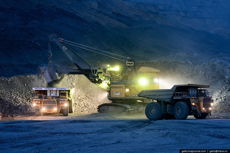 Вскрышную породу (вскрышу) в автосамосвалы (БелАЗ 75131 — грузоподъемностью 130 тонн, 75306 — г