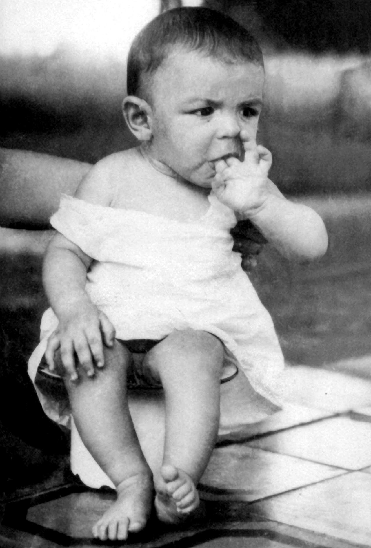 В возрасте двух лет Эрнесто перенес тяжелейшую форму бронхиальной астмы (и эта болезнь преследовала