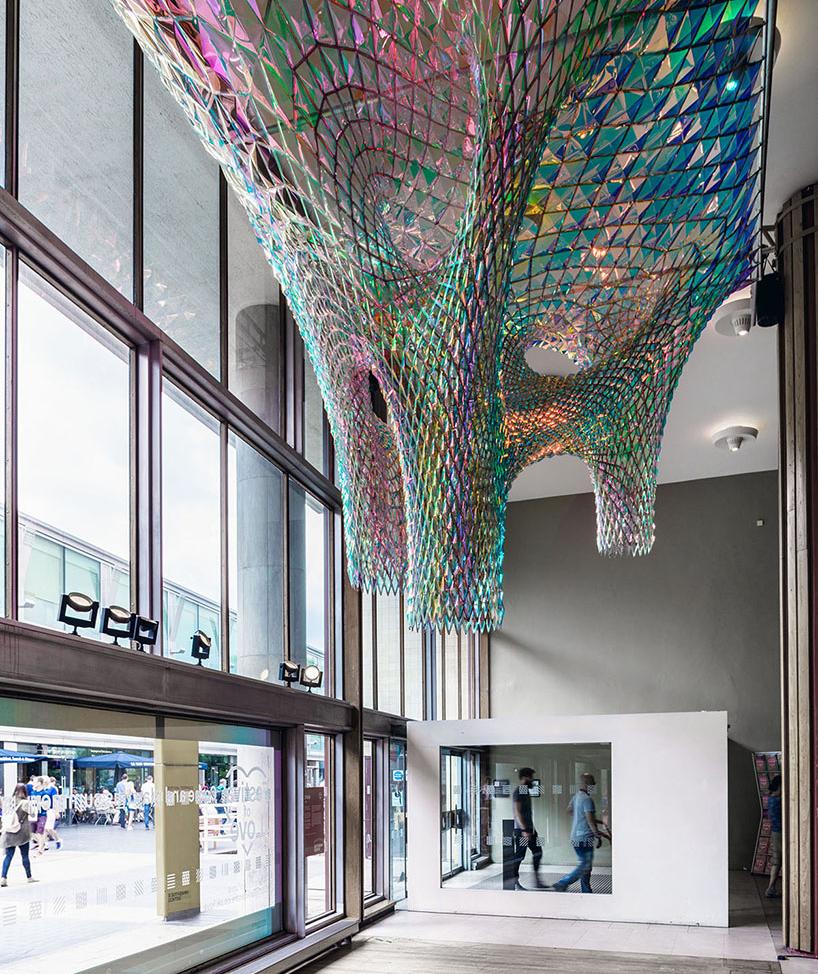 Конструкция выполнена из алюминиевой рамы и зеркальной пленки 3M. Конструкция напоминающая формой че