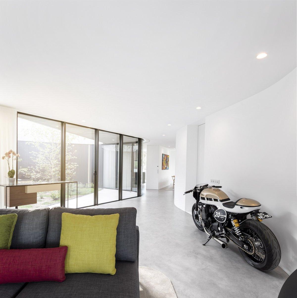 Мотоцикл в интерьере дома