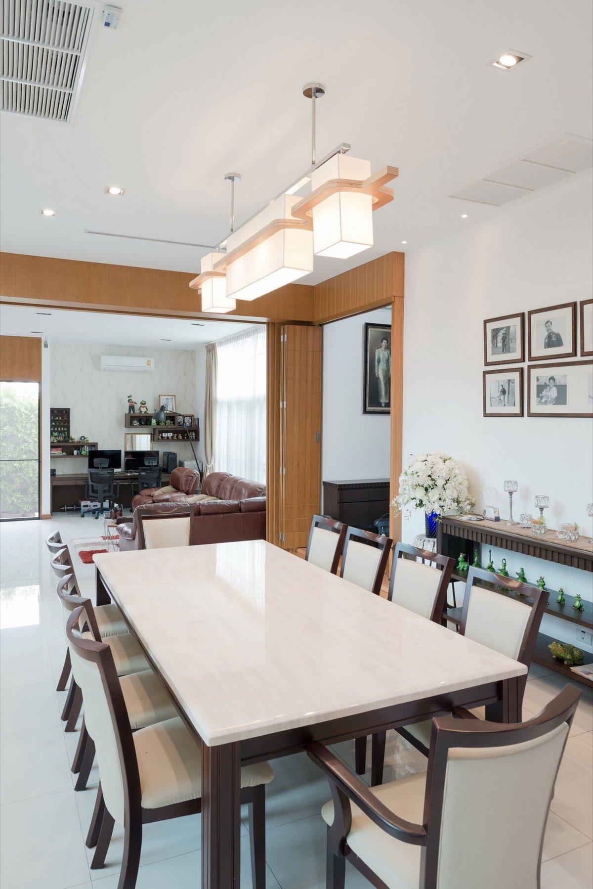 Обеденный стол в частном доме