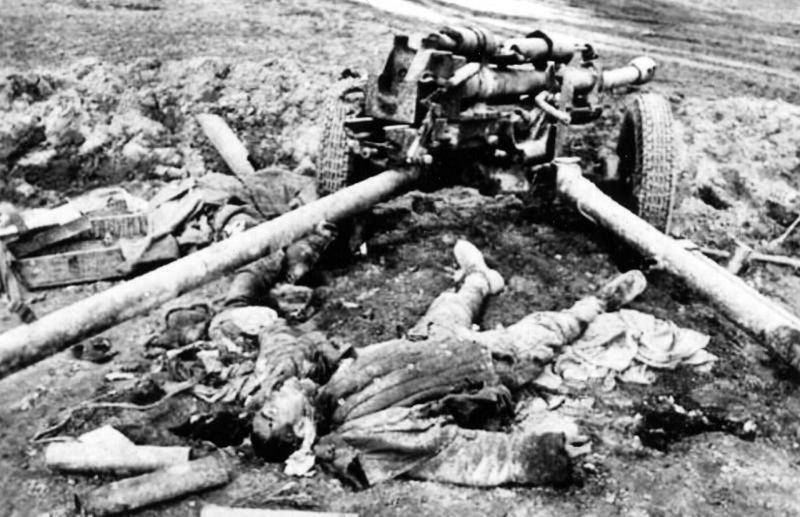 Погибшие советские артиллеристы у пушки ЗИС-3.jpg
