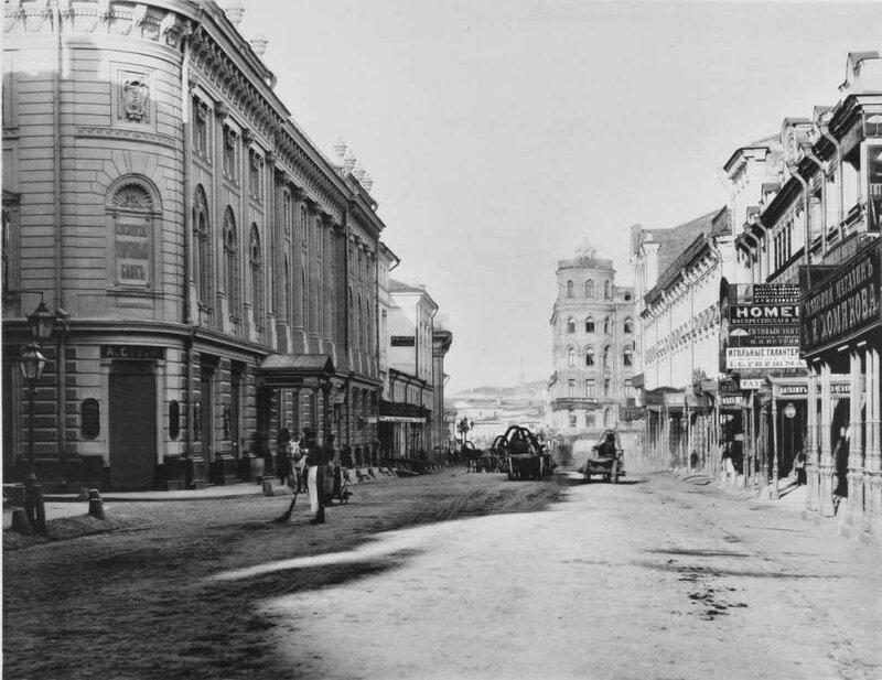 Вид Ильинки от Юшкова (Никольского) переулка к бирже. 1887.jpg