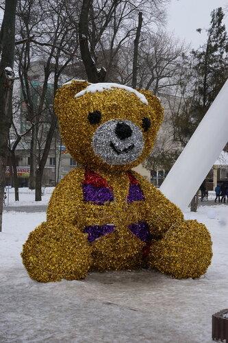 Медвежонок возле колеса обозрения