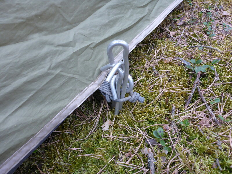 ребенок воткнул много колышков у палатки