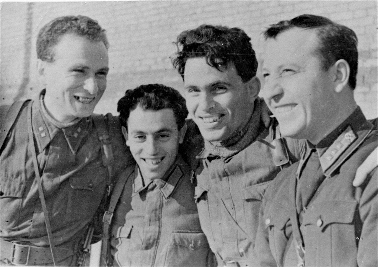 Группа советских военных корреспондентов на Крымском фронте