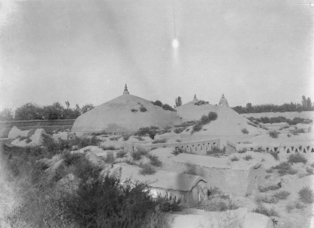 Китайское кладбище, где три большие кургана насыпаны в память о павших в войне  китайцах и сартах