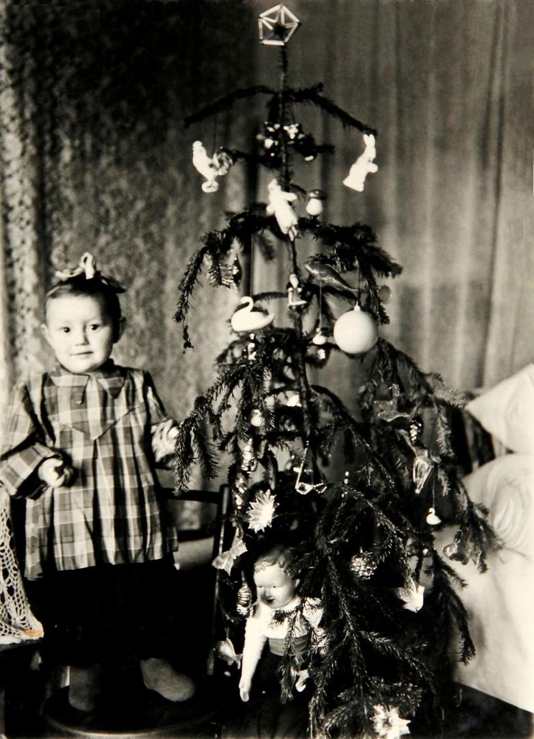 1953. Девочка возле нарядной Новогодней ёлки