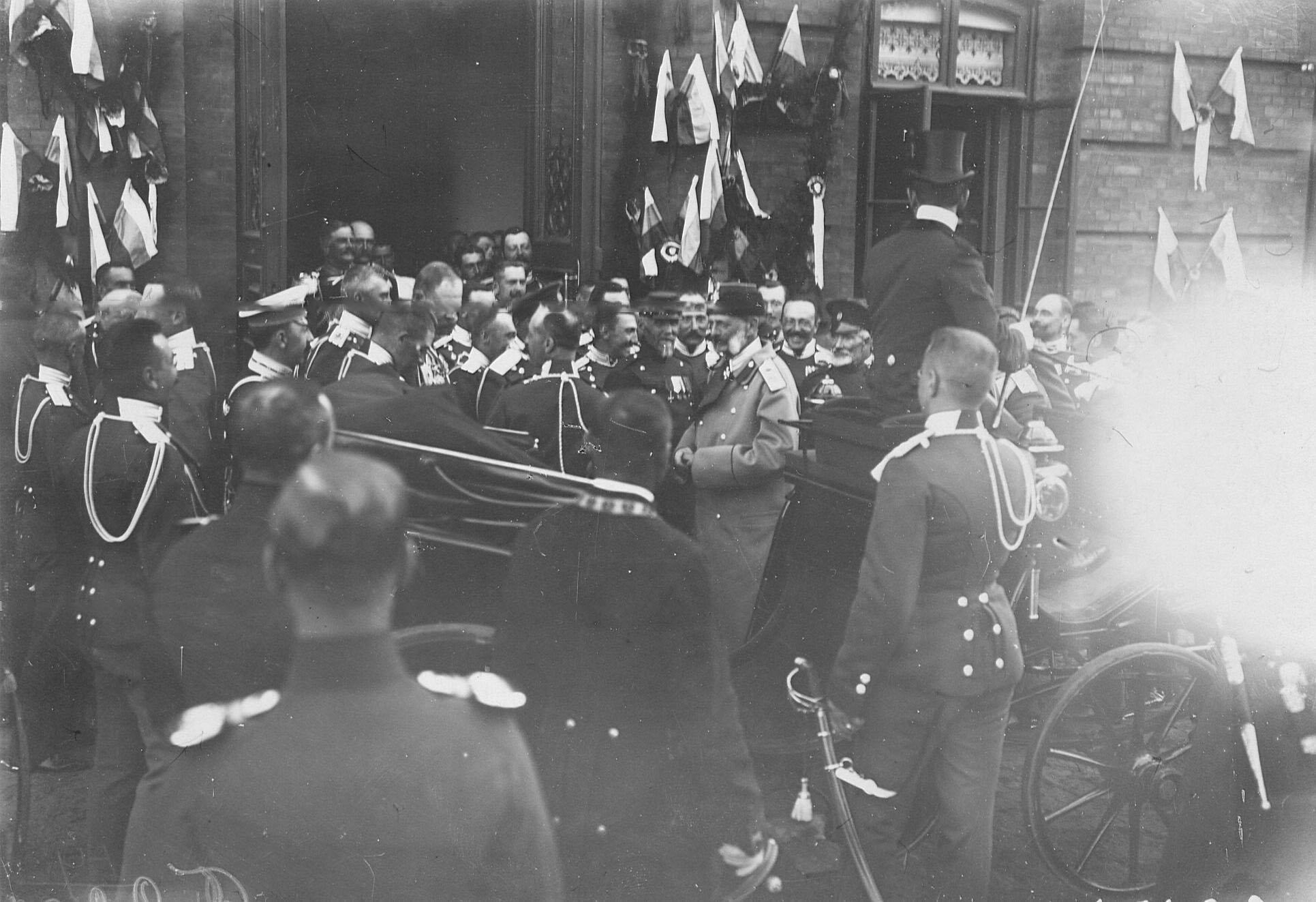 Офицеры Уланского полка встречают великого князя Владимира Александровича, приехавшего на торжество в честь празднования 250-летнего юбилея полка