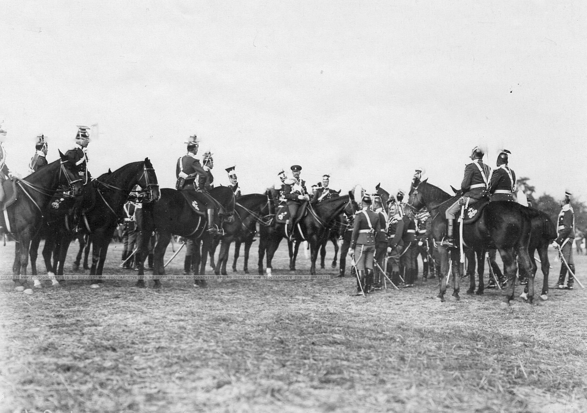 Группа офицеров во главе с командиром полка генерал-майором Л.Н.фон Баумгартенем (командир - в фуражке, вследствие ранения головы парадный головной убор носить не может)