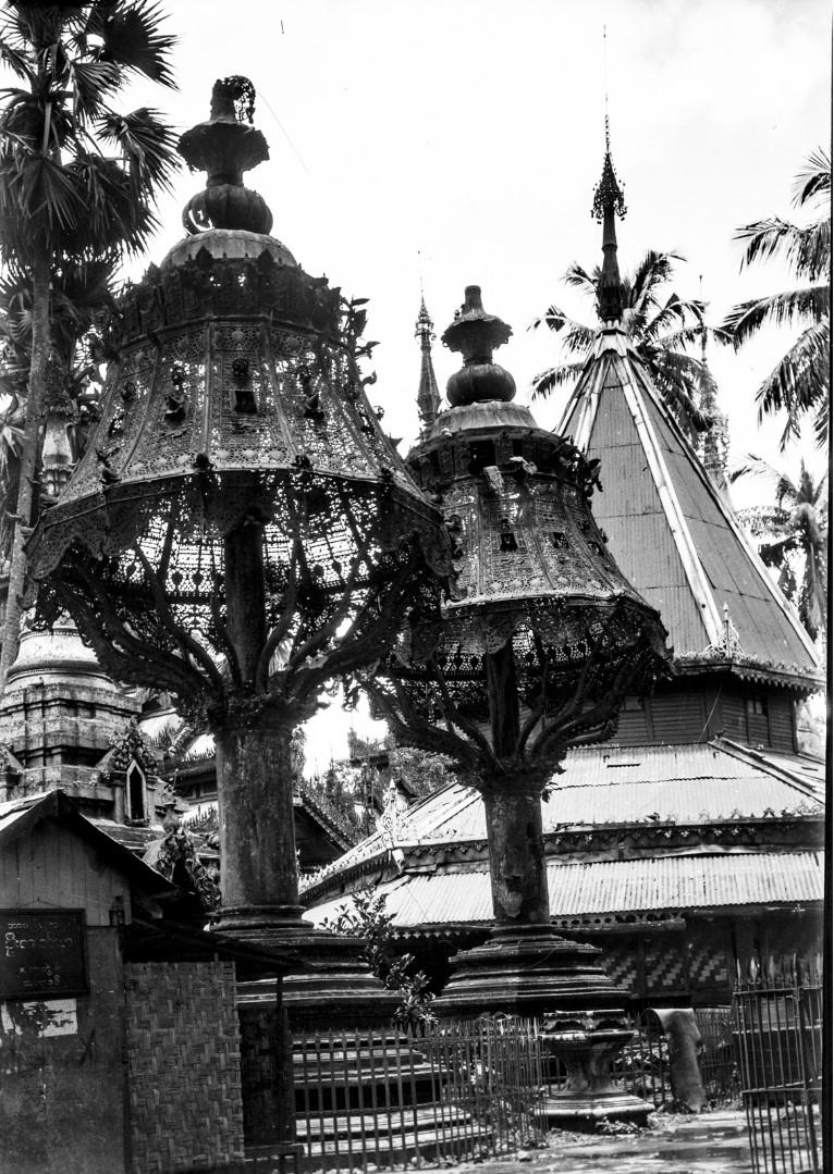 844. Рангун. Пагода Шведагон, голубятни