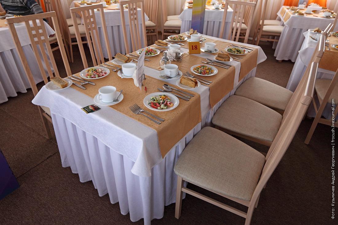 стол в ресторане теплохода Русь Великая
