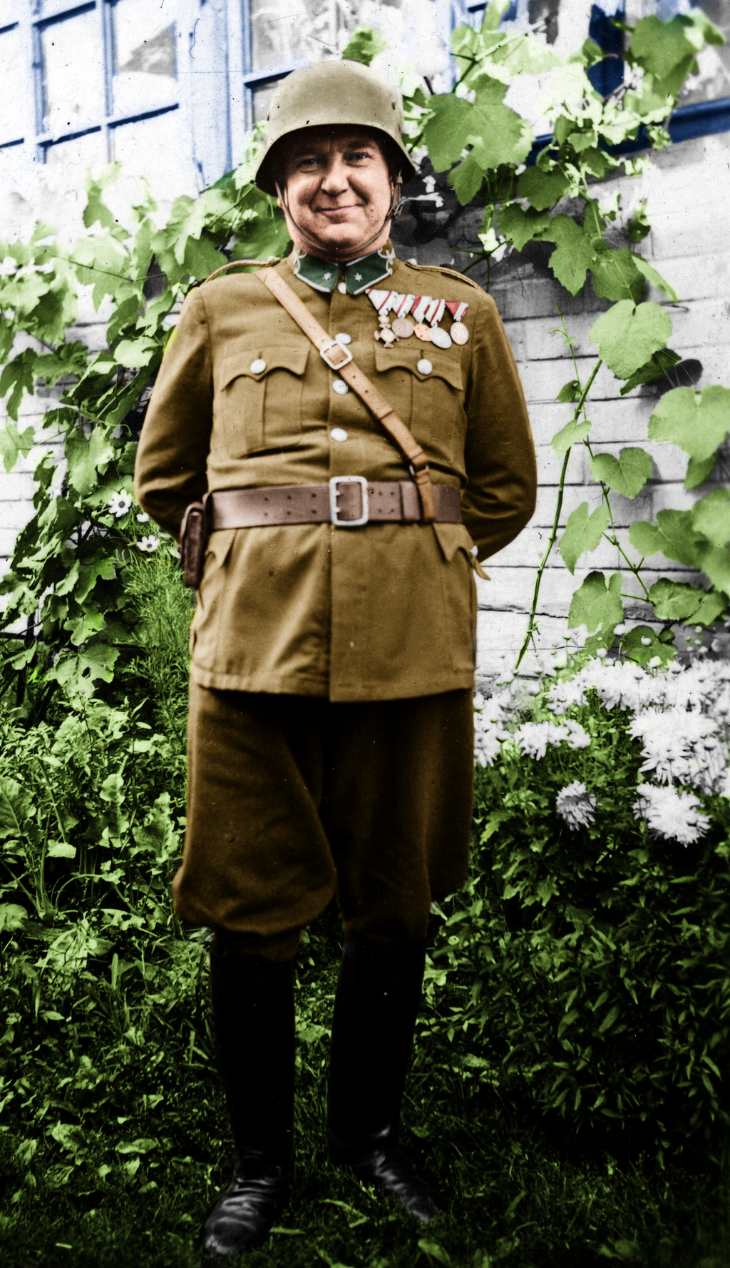 tiszt_a_kertben__officer_in_the_garden_by_greenh0rn-d7xdiry.png
