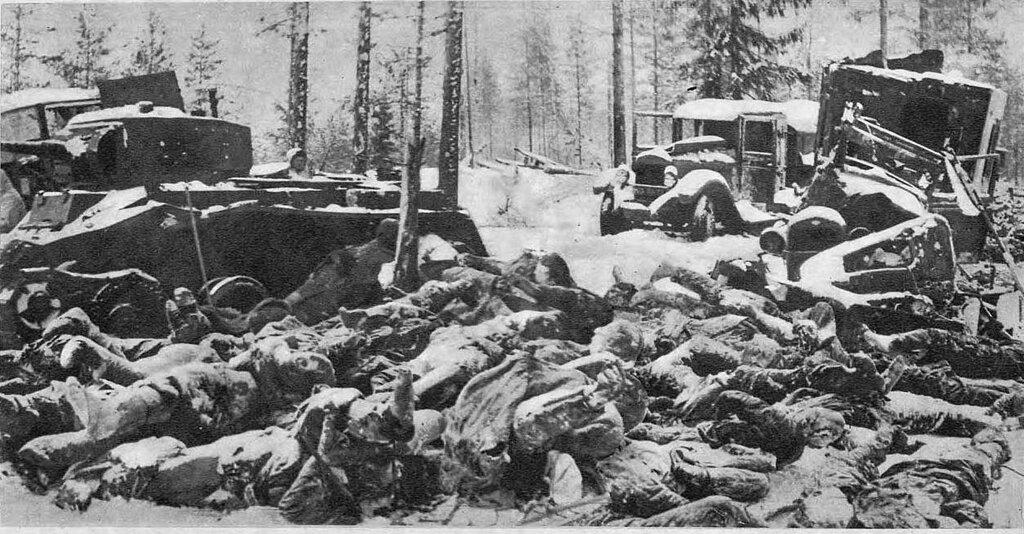 Брошенная советская техника и погибшие красноармейцы