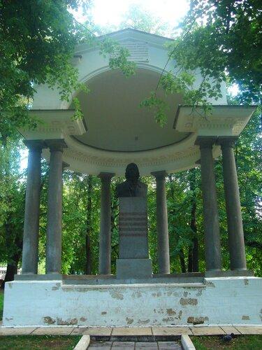 Лефортовский парк (Головинский сад) беседка-полуротонда с бюстом Петра I,1805г.