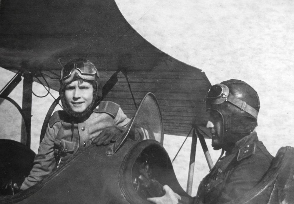 Генерал-майор Н.П. Каманин и ефрейтор А.Н. Каманин в кабине самолета У-2.jpeg