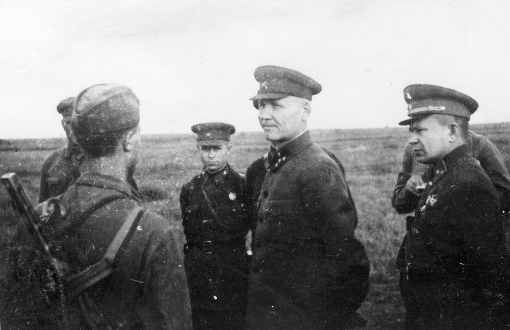 Командующий Калининским фронтом генерал-полковник И.С.Конев беседует с бойцом 31-й армии.jpeg